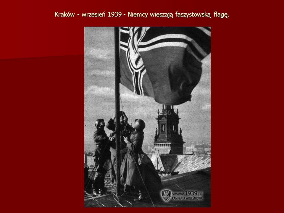 Kraków - wrzesień 1939 - Niemcy wieszają faszystowską flagę.