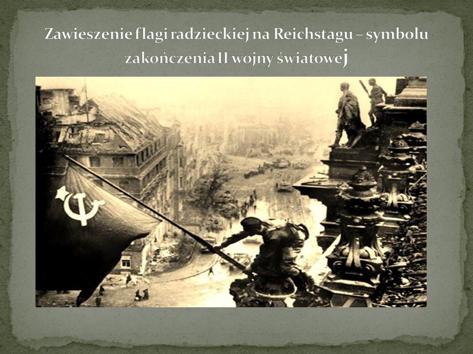 Zawieszenie flagi radzieckiej na Reichstagu – symbolu zakończenia II wojny światowej