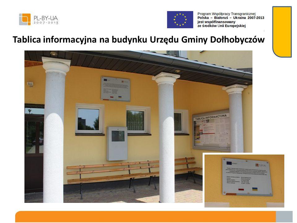 Tablica informacyjna na budynku Urzędu Gminy Dołhobyczów