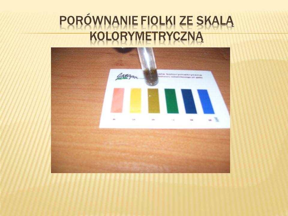 Porównanie fiolki ze skalą kolorymetryczną