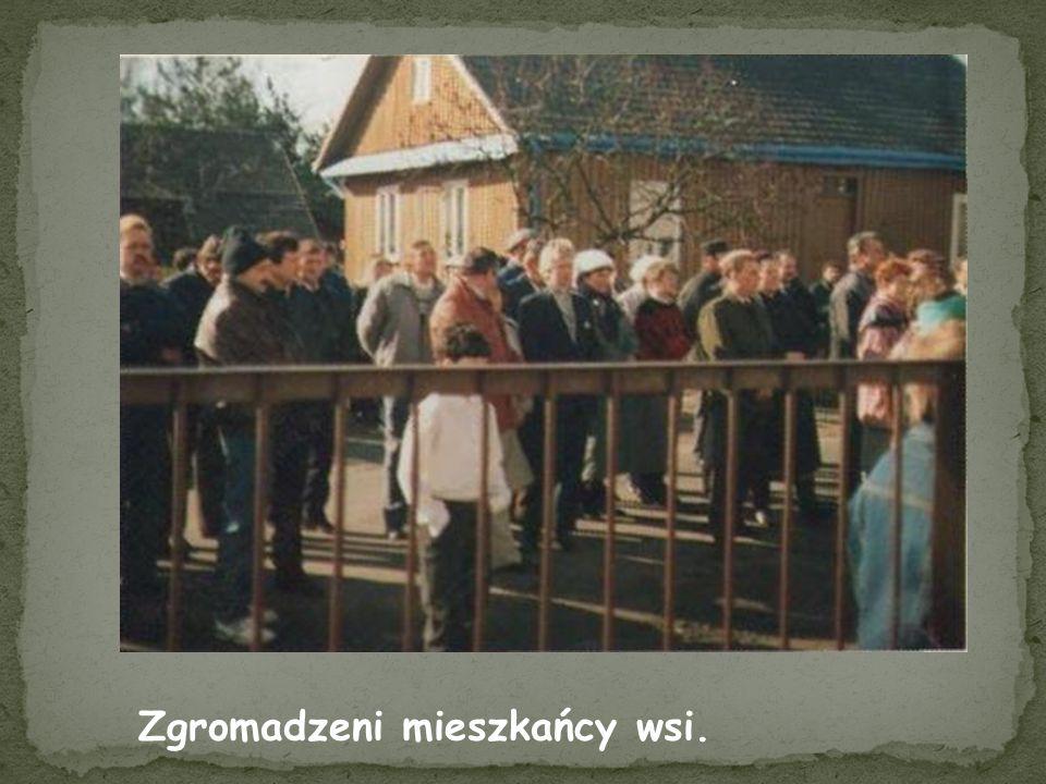 Zgromadzeni mieszkańcy wsi.