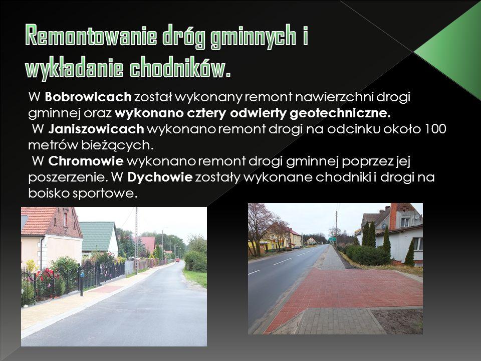 Remontowanie dróg gminnych i wykładanie chodników.