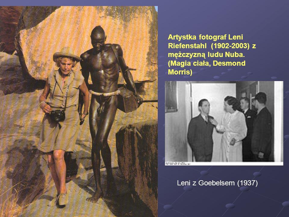 Artystka fotograf Leni Riefenstahl (1902-2003) z mężczyzną ludu Nuba