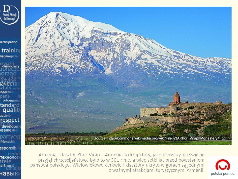 Armenia, klasztor Khor Virap – Armenia to kraj który, jako pierwszy na świecie przyjął chrześcijaństwo, było to w 301 r n.e, a wiec setki lat przed powstaniem państwa polskiego.