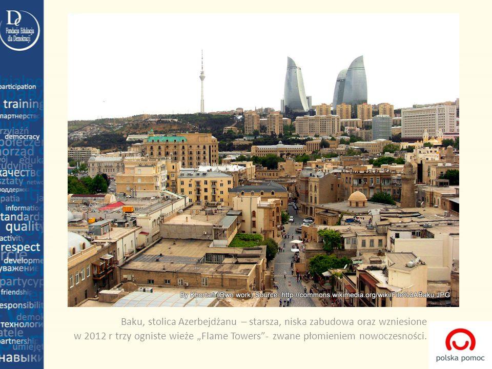 """Baku, stolica Azerbejdżanu – starsza, niska zabudowa oraz wzniesione w 2012 r trzy ogniste wieże """"Flame Towers - zwane płomieniem nowoczesności."""