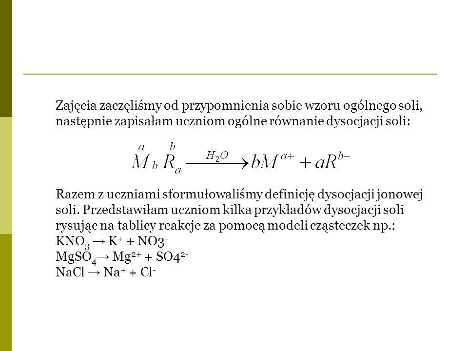 Zajęcia zaczęliśmy od przypomnienia sobie wzoru ogólnego soli, następnie zapisałam uczniom ogólne równanie dysocjacji soli: