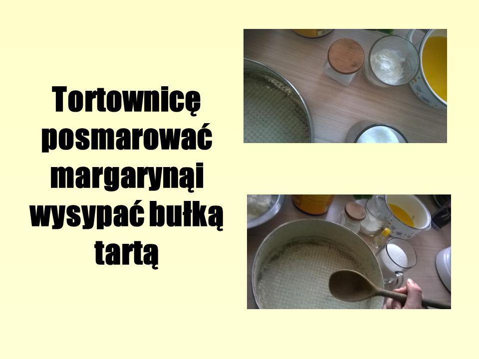 Tortownicę posmarować margarynąi wysypać bułką tartą