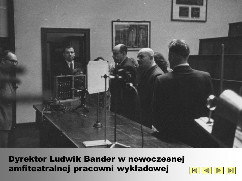 Dyrektor Ludwik Bander w nowoczesnej amfiteatralnej pracowni wykładowej