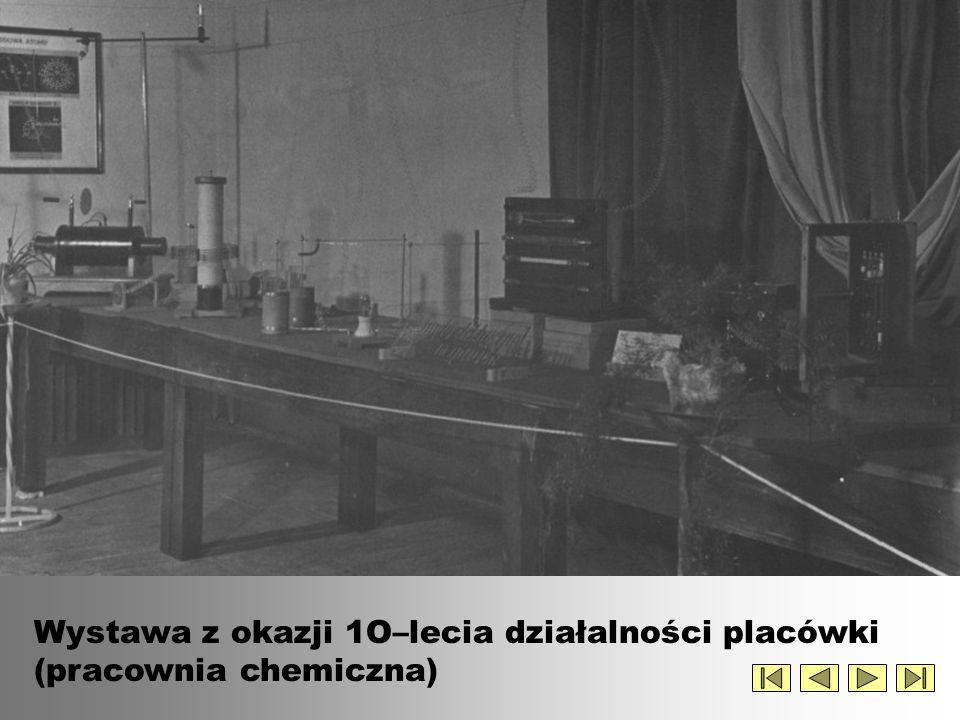 Wystawa z okazji 1O–lecia działalności placówki (pracownia chemiczna)