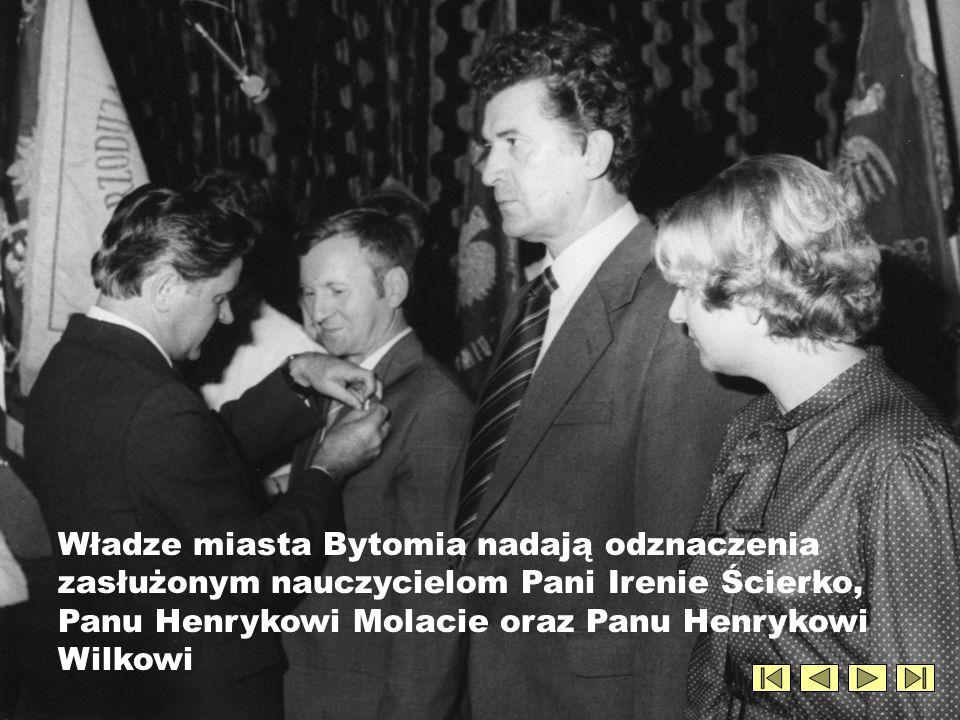 Władze miasta Bytomia nadają odznaczenia zasłużonym nauczycielom Pani Irenie Ścierko, Panu Henrykowi Molacie oraz Panu Henrykowi Wilkowi