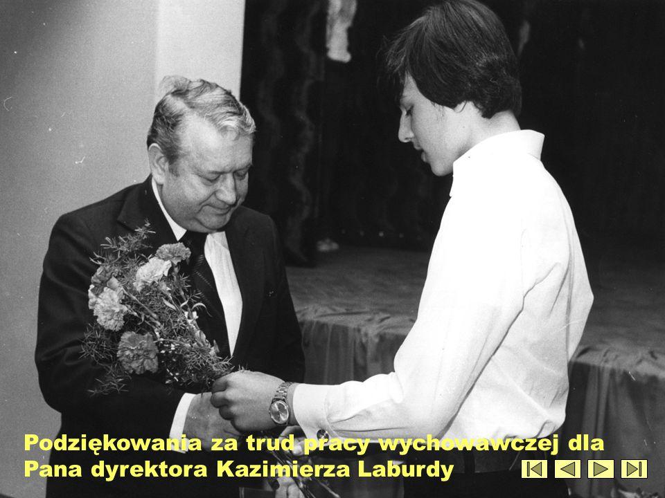 Podziękowania za trud pracy wychowawczej dla Pana dyrektora Kazimierza Laburdy