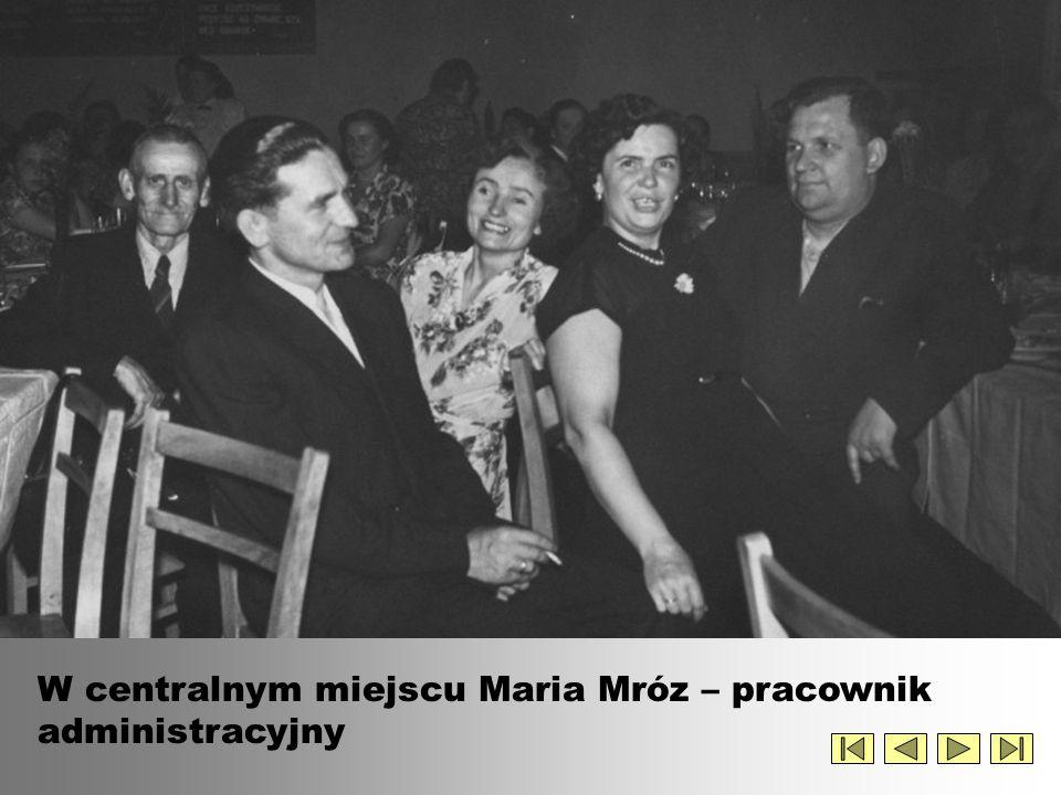 W centralnym miejscu Maria Mróz – pracownik administracyjny