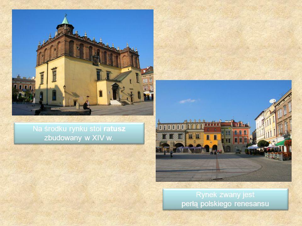 Na środku rynku stoi ratusz zbudowany w XIV w.
