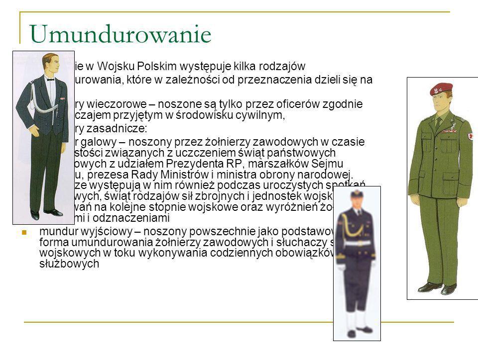 UmundurowanieObecnie w Wojsku Polskim występuje kilka rodzajów umundurowania, które w zależności od przeznaczenia dzieli się na ubiory: