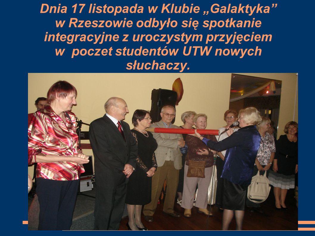 """Dnia 17 listopada w Klubie """"Galaktyka w Rzeszowie odbyło się spotkanie integracyjne z uroczystym przyjęciem w poczet studentów UTW nowych słuchaczy."""