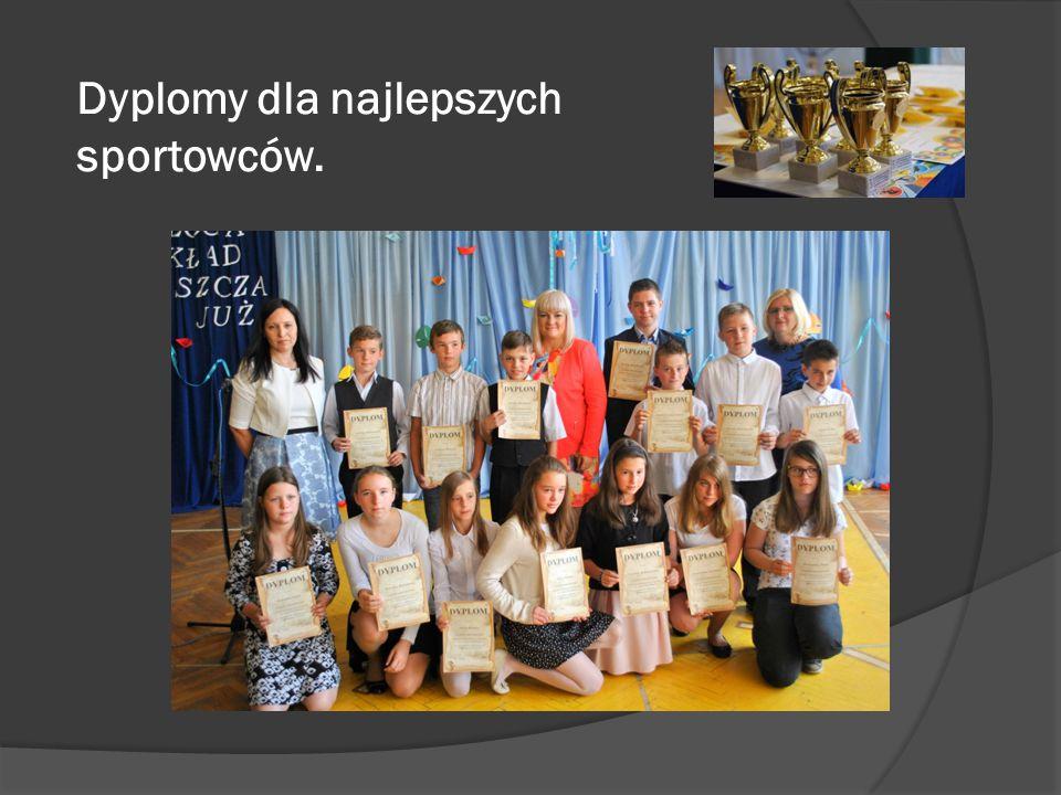 Dyplomy dla najlepszych sportowców.