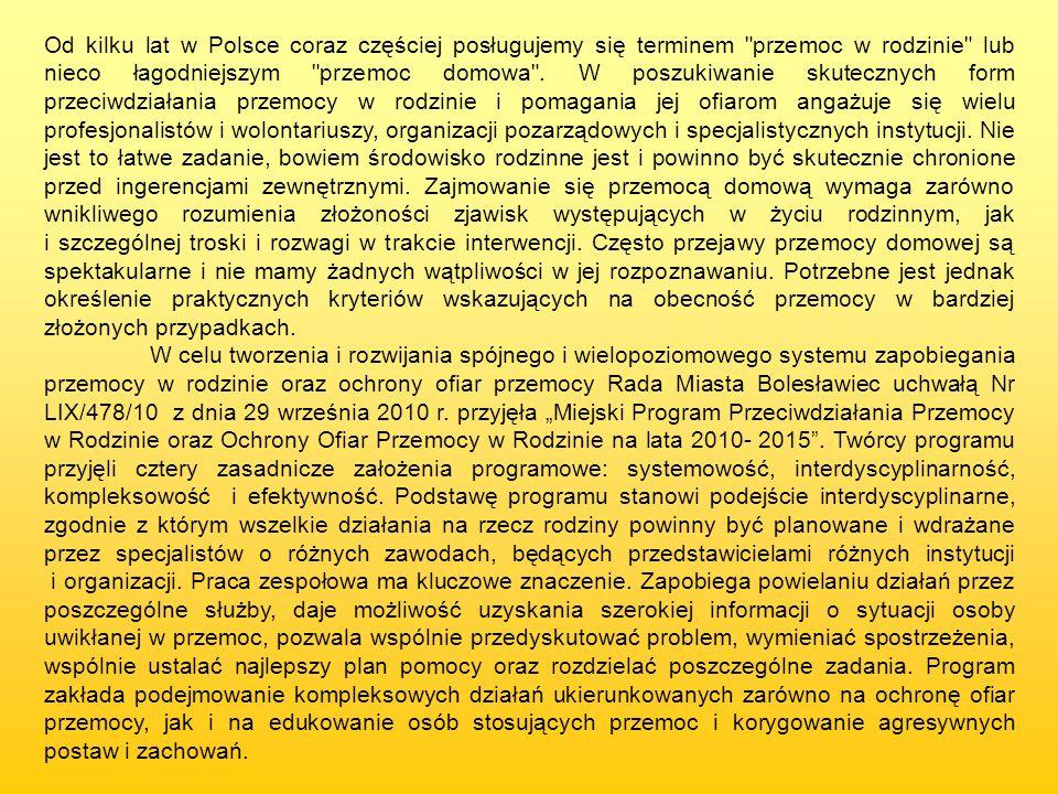 Od kilku lat w Polsce coraz częściej posługujemy się terminem przemoc w rodzinie lub nieco łagodniejszym przemoc domowa . W poszukiwanie skutecznych form przeciwdziałania przemocy w rodzinie i pomagania jej ofiarom angażuje się wielu profesjonalistów i wolontariuszy, organizacji pozarządowych i specjalistycznych instytucji. Nie jest to łatwe zadanie, bowiem środowisko rodzinne jest i powinno być skutecznie chronione przed ingerencjami zewnętrznymi. Zajmowanie się przemocą domową wymaga zarówno wnikliwego rozumienia złożoności zjawisk występujących w życiu rodzinnym, jak i szczególnej troski i rozwagi w trakcie interwencji. Często przejawy przemocy domowej są spektakularne i nie mamy żadnych wątpliwości w jej rozpoznawaniu. Potrzebne jest jednak określenie praktycznych kryteriów wskazujących na obecność przemocy w bardziej złożonych przypadkach.