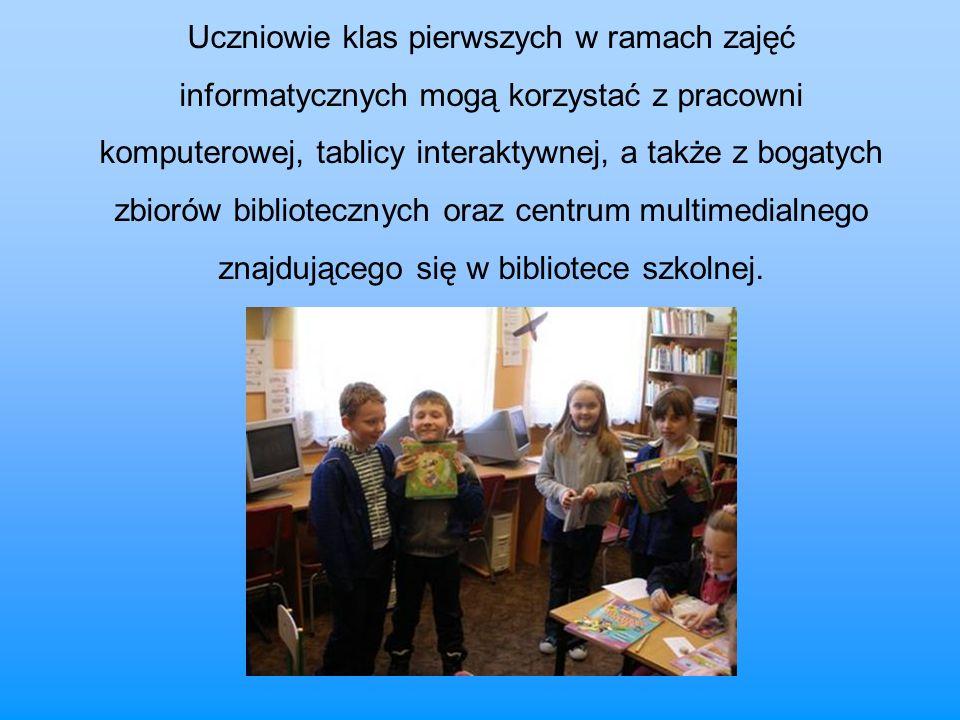 Uczniowie klas pierwszych w ramach zajęć informatycznych mogą korzystać z pracowni komputerowej, tablicy interaktywnej, a także z bogatych zbiorów bibliotecznych oraz centrum multimedialnego znajdującego się w bibliotece szkolnej.