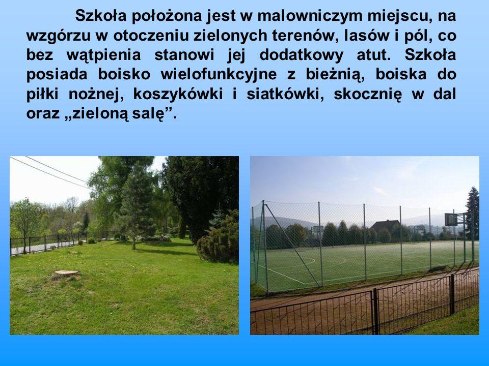 Szkoła położona jest w malowniczym miejscu, na wzgórzu w otoczeniu zielonych terenów, lasów i pól, co bez wątpienia stanowi jej dodatkowy atut.