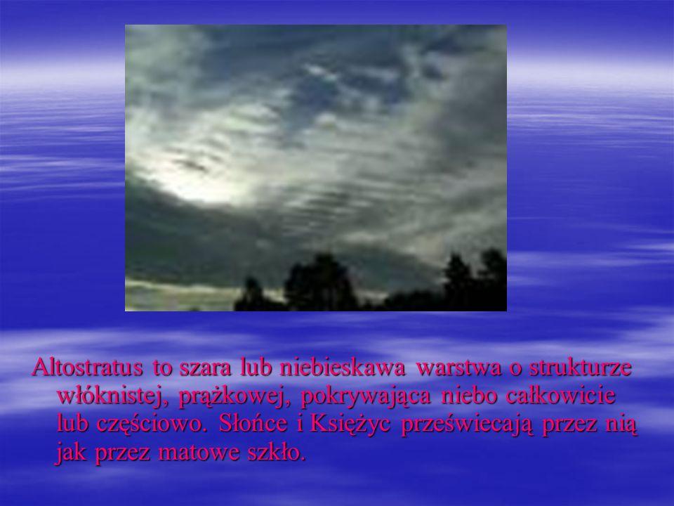 Altostratus to szara lub niebieskawa warstwa o strukturze włóknistej, prążkowej, pokrywająca niebo całkowicie lub częściowo.
