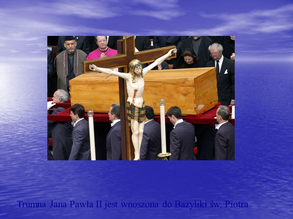 Trumna Jana Pawła II jest wnoszona do Bazyliki św. Piotra