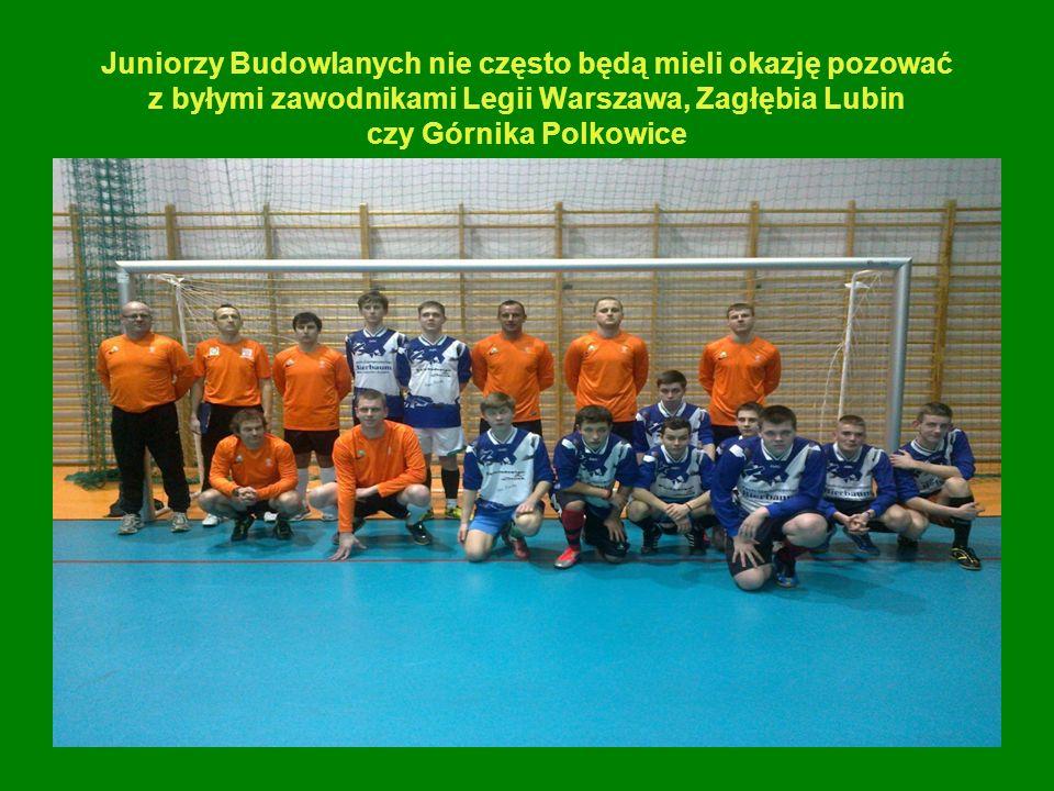 Juniorzy Budowlanych nie często będą mieli okazję pozować z byłymi zawodnikami Legii Warszawa, Zagłębia Lubin czy Górnika Polkowice