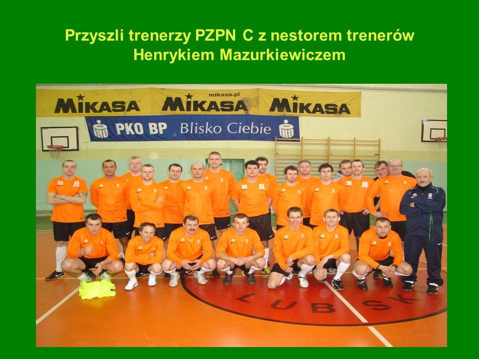 Przyszli trenerzy PZPN C z nestorem trenerów Henrykiem Mazurkiewiczem