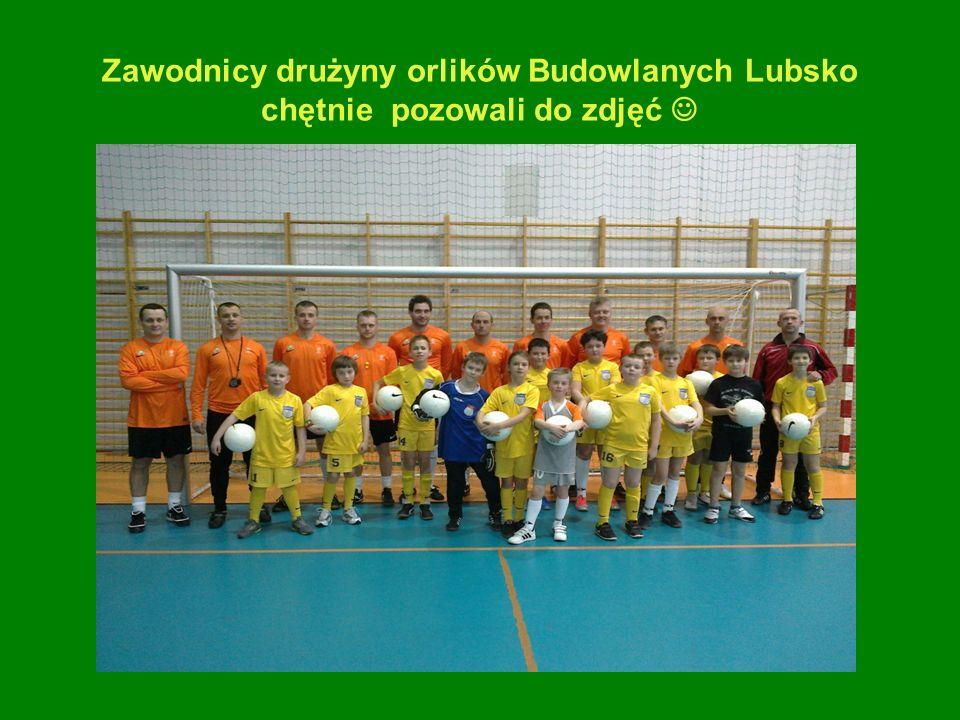 Zawodnicy drużyny orlików Budowlanych Lubsko chętnie pozowali do zdjęć 