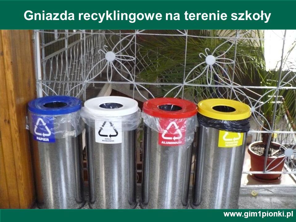 Gniazda recyklingowe na terenie szkoły