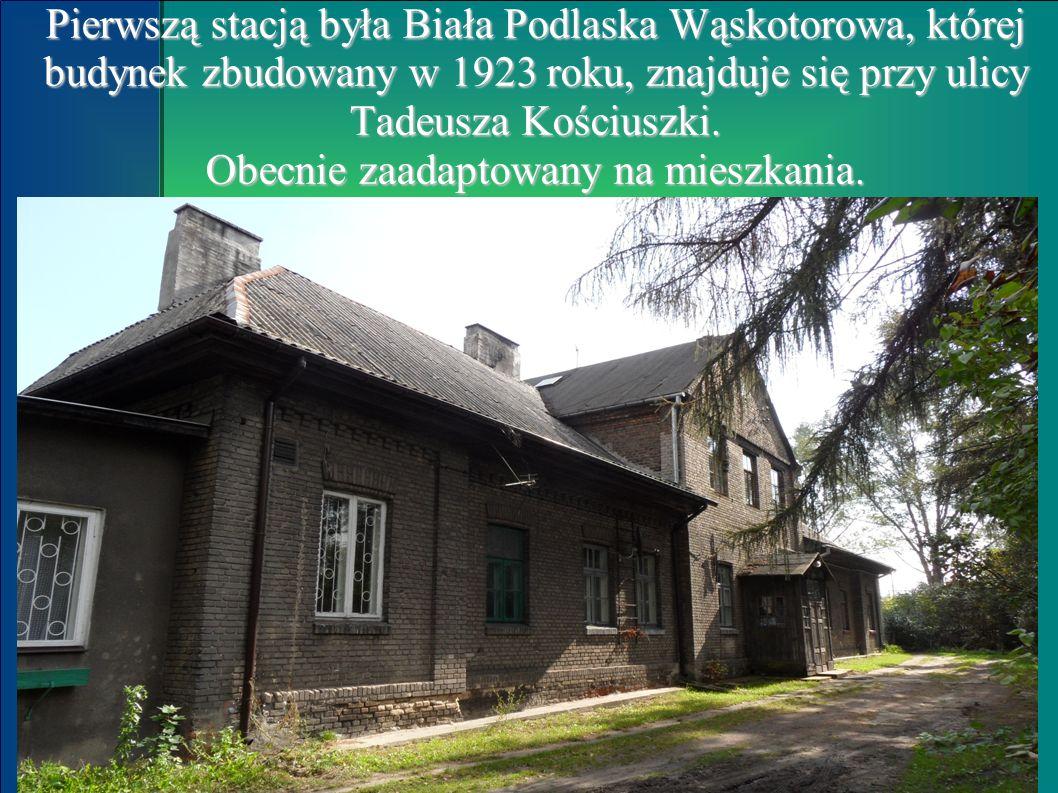 Pierwszą stacją była Biała Podlaska Wąskotorowa, której budynek zbudowany w 1923 roku, znajduje się przy ulicy Tadeusza Kościuszki.