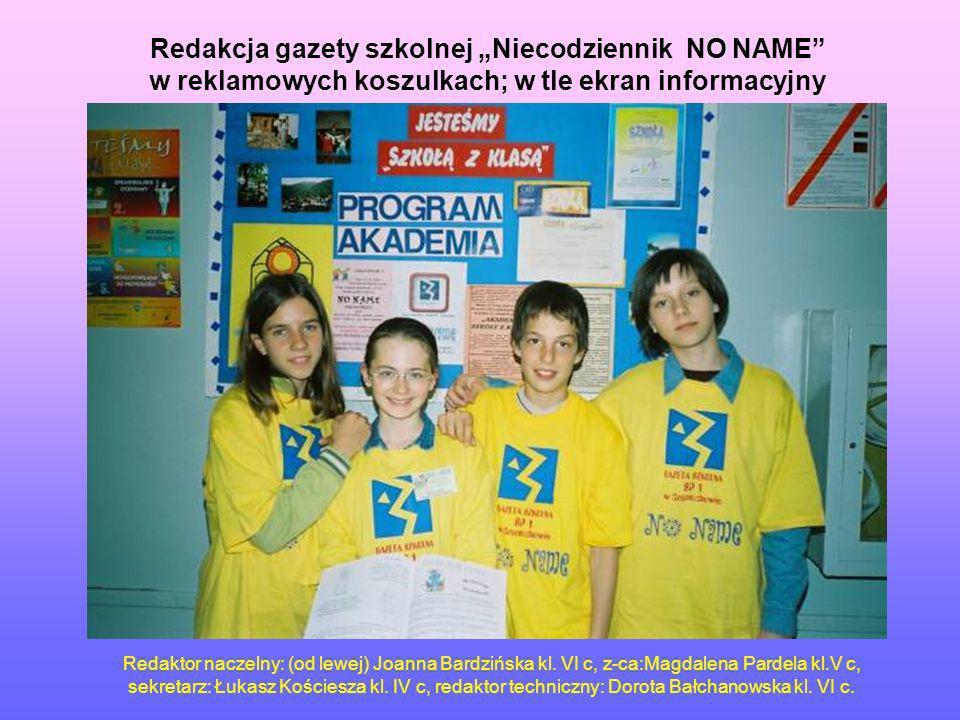"""Redakcja gazety szkolnej """"Niecodziennik NO NAME w reklamowych koszulkach; w tle ekran informacyjny"""