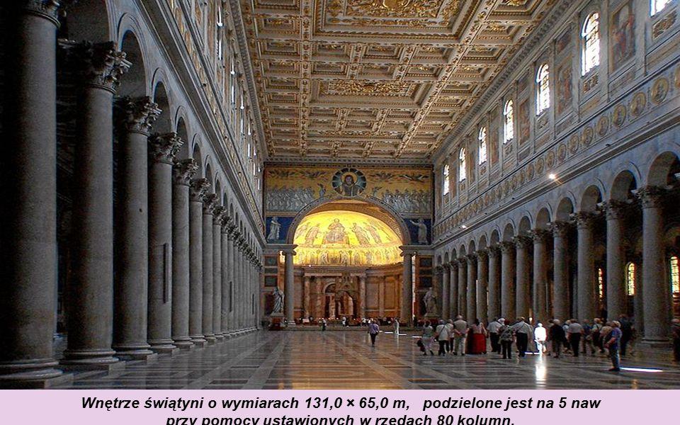 Wnętrze świątyni o wymiarach 131,0 × 65,0 m, podzielone jest na 5 naw