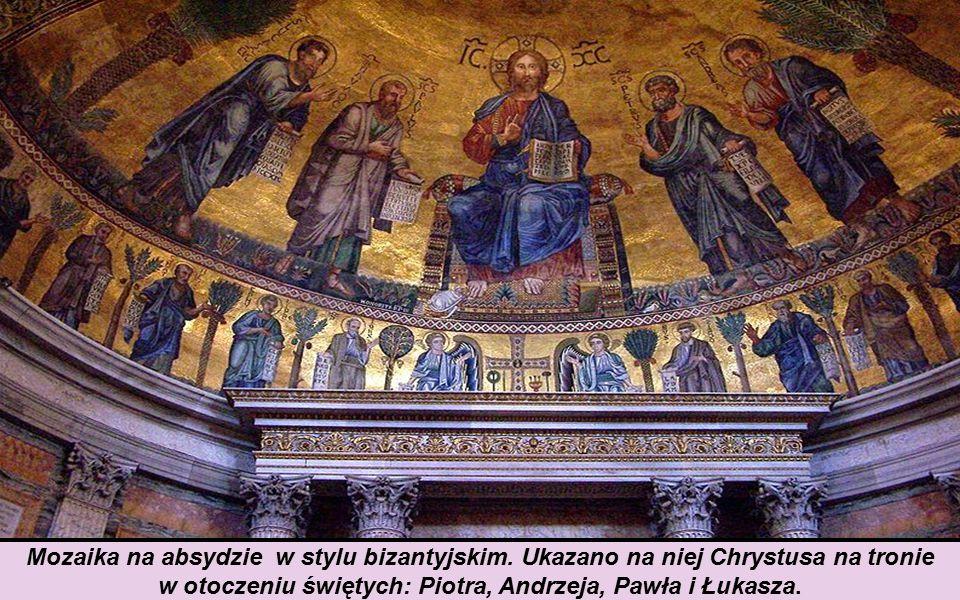 w otoczeniu świętych: Piotra, Andrzeja, Pawła i Łukasza.