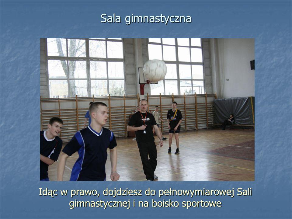 Sala gimnastyczna Idąc w prawo, dojdziesz do pełnowymiarowej Sali gimnastycznej i na boisko sportowe.
