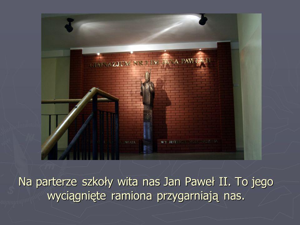 Na parterze szkoły wita nas Jan Paweł II