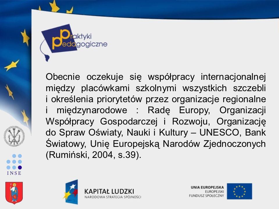 Obecnie oczekuje się współpracy internacjonalnej między placówkami szkolnymi wszystkich szczebli i określenia priorytetów przez organizacje regionalne i międzynarodowe : Radę Europy, Organizacji Współpracy Gospodarczej i Rozwoju, Organizację do Spraw Oświaty, Nauki i Kultury – UNESCO, Bank Światowy, Unię Europejską Narodów Zjednoczonych (Rumiński, 2004, s.39).
