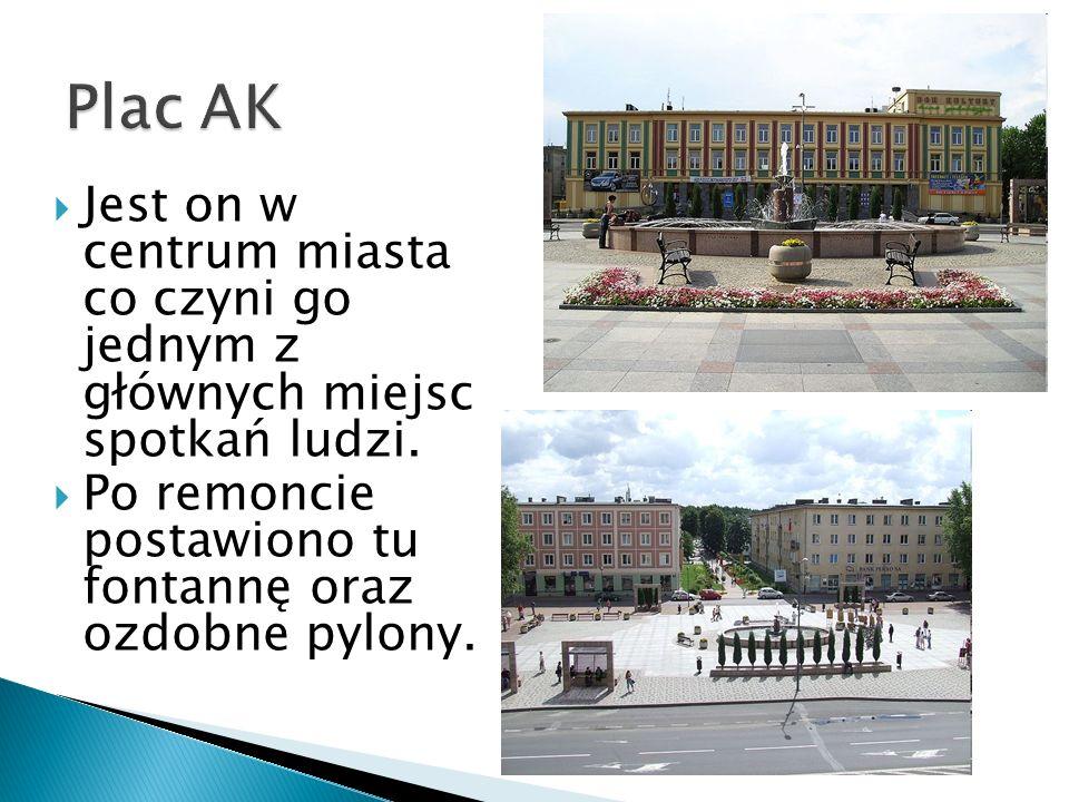 Plac AK Jest on w centrum miasta co czyni go jednym z głównych miejsc spotkań ludzi.