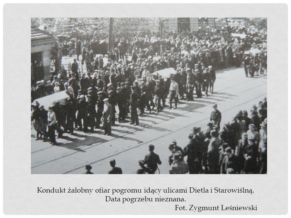 Kondukt żałobny ofiar pogromu idący ulicami Dietla i Starowiślną