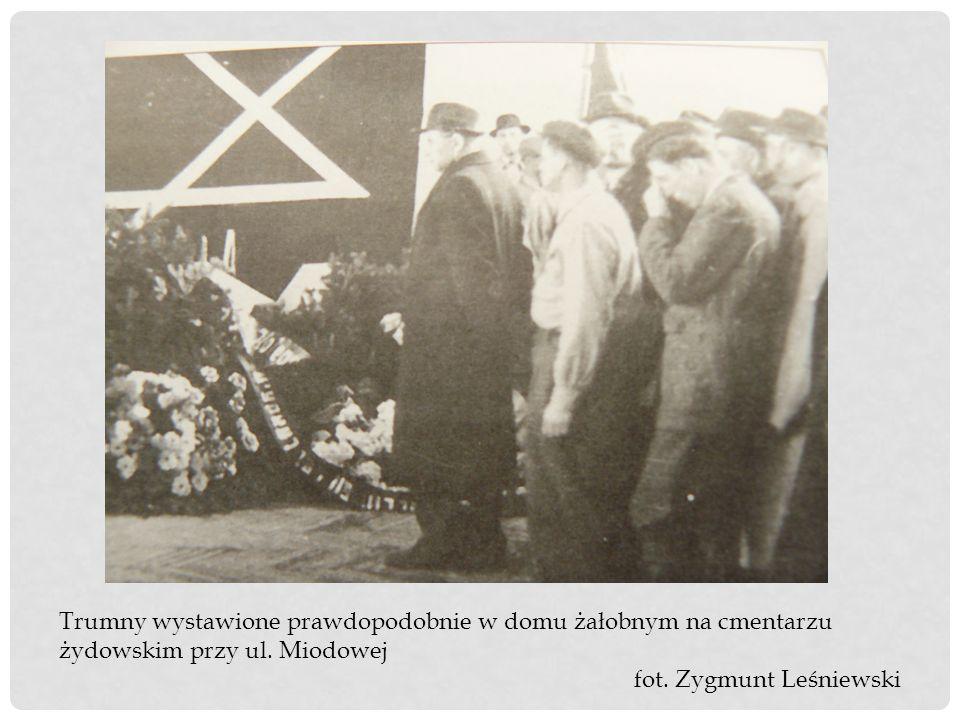 Trumny wystawione prawdopodobnie w domu żałobnym na cmentarzu żydowskim przy ul. Miodowej