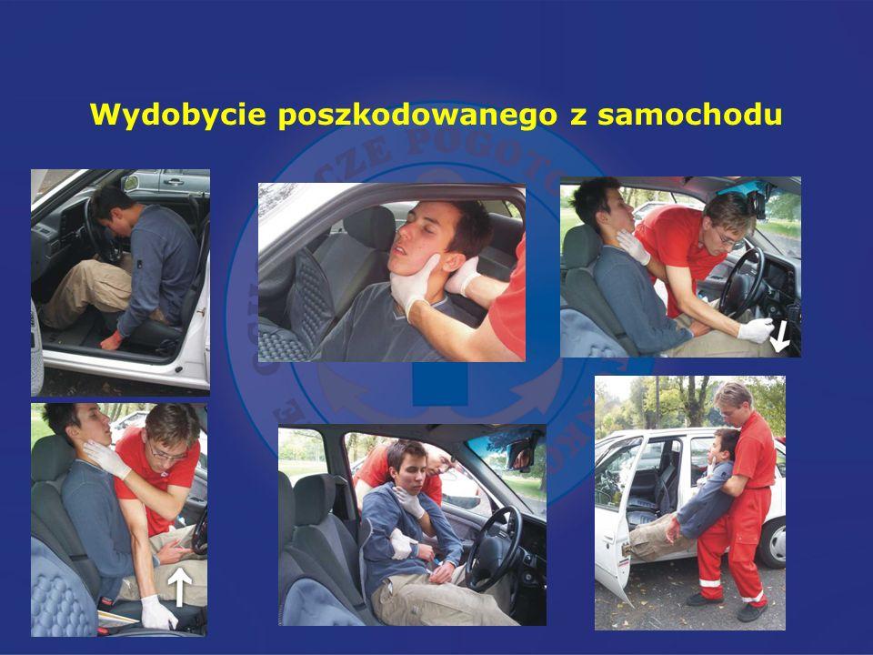 Wydobycie poszkodowanego z samochodu