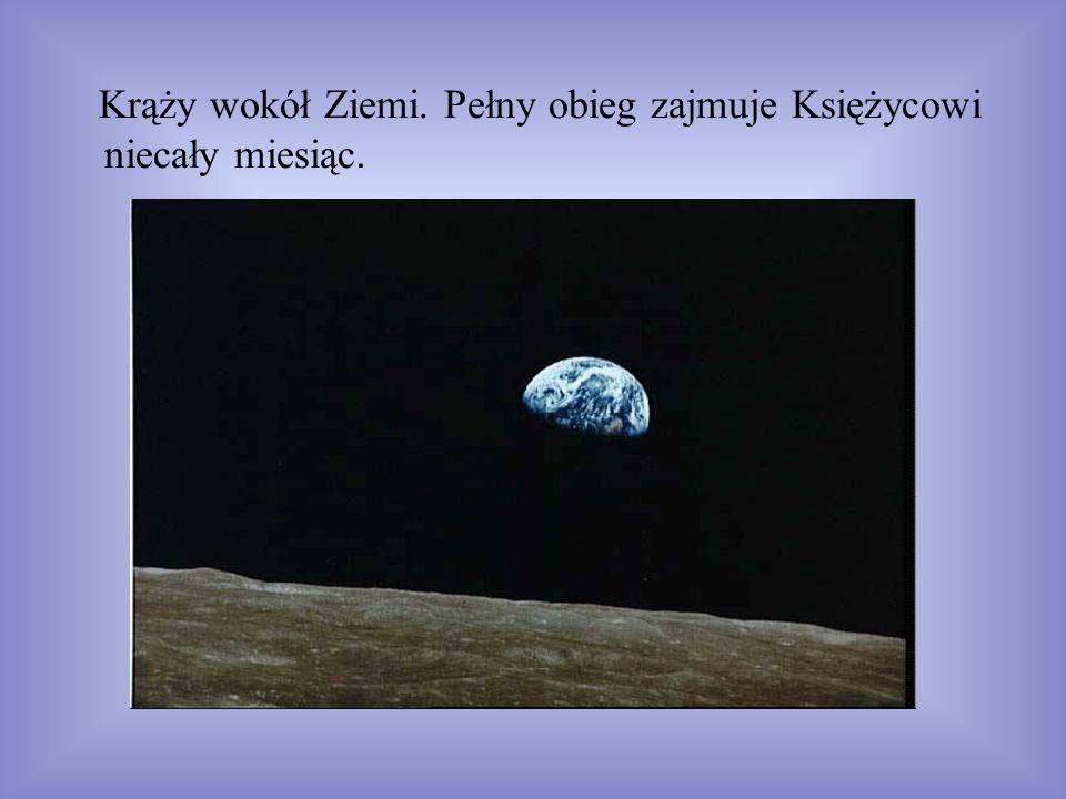 Krąży wokół Ziemi. Pełny obieg zajmuje Księżycowi niecały miesiąc.