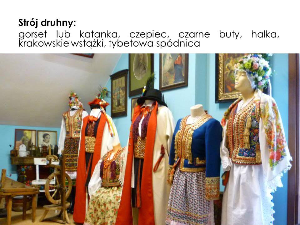 Strój druhny: gorset lub katanka, czepiec, czarne buty, halka, krakowskie wstążki, tybetowa spódnica.