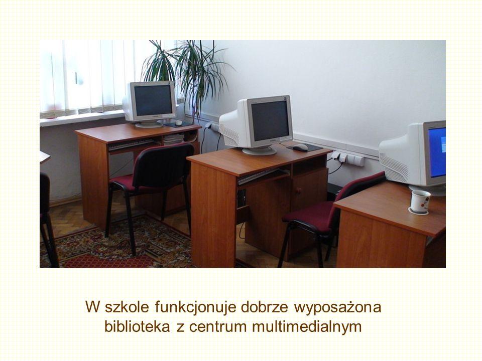 W szkole funkcjonuje dobrze wyposażona biblioteka z centrum multimedialnym
