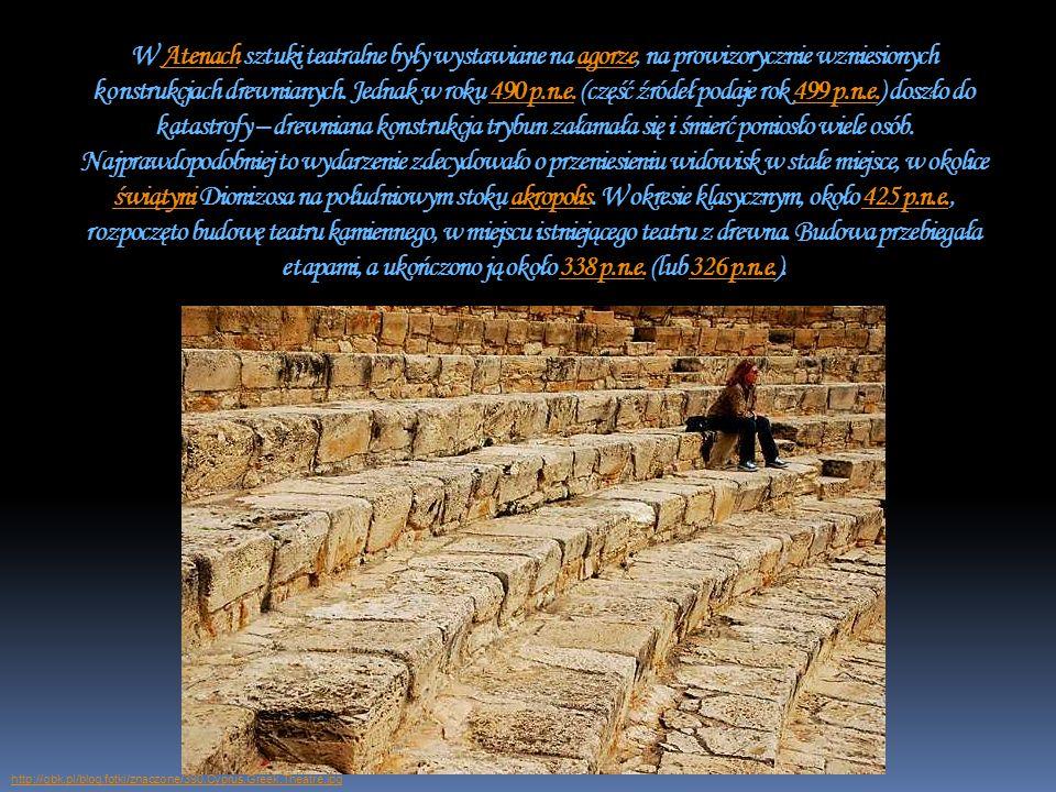 W Atenach sztuki teatralne były wystawiane na agorze, na prowizorycznie wzniesionych konstrukcjach drewnianych. Jednak w roku 490 p.n.e. (część źródeł podaje rok 499 p.n.e.) doszło do katastrofy – drewniana konstrukcja trybun załamała się i śmierć poniosło wiele osób. Najprawdopodobniej to wydarzenie zdecydowało o przeniesieniu widowisk w stałe miejsce, w okolice świątyni Dionizosa na południowym stoku akropolis. W okresie klasycznym, około 425 p.n.e., rozpoczęto budowę teatru kamiennego, w miejscu istniejącego teatru z drewna. Budowa przebiegała etapami, a ukończono ją około 338 p.n.e. (lub 326 p.n.e.).