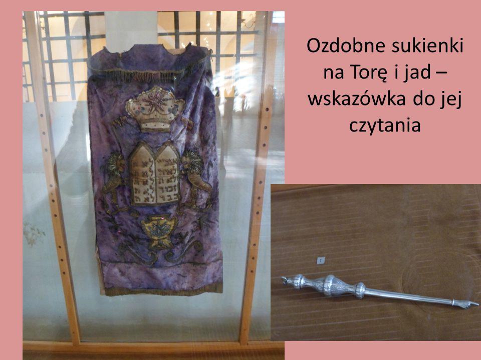 Ozdobne sukienki na Torę i jad – wskazówka do jej czytania