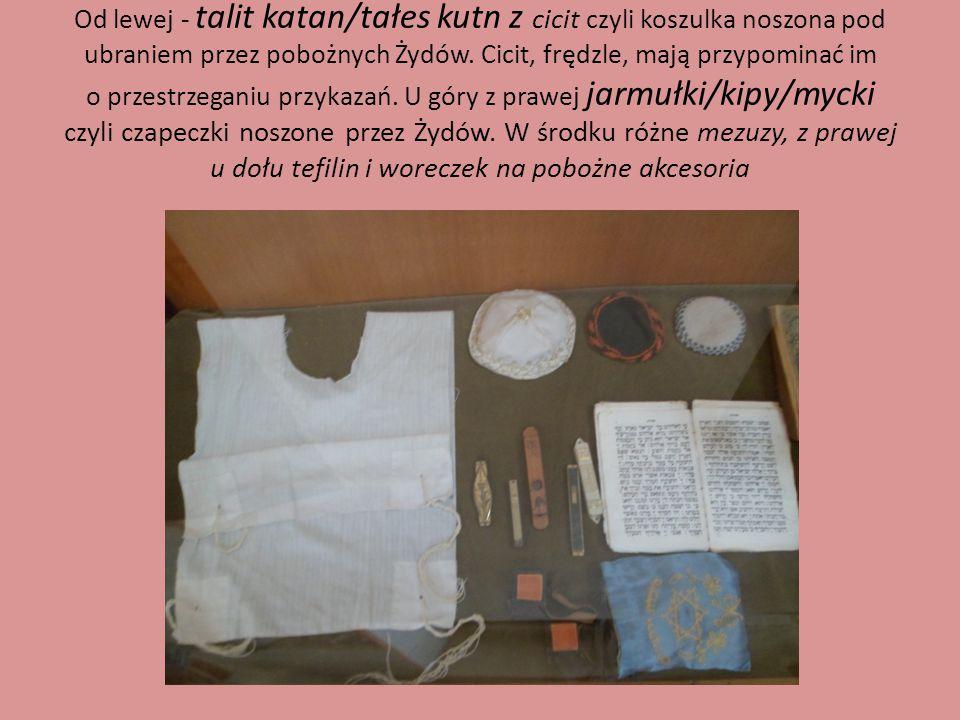 Od lewej - talit katan/tałes kutn z cicit czyli koszulka noszona pod ubraniem przez pobożnych Żydów.