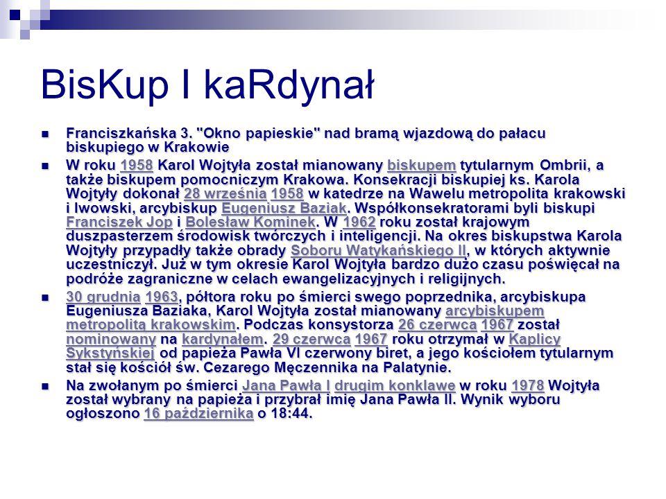 BisKup I kaRdynał Franciszkańska 3. Okno papieskie nad bramą wjazdową do pałacu biskupiego w Krakowie.