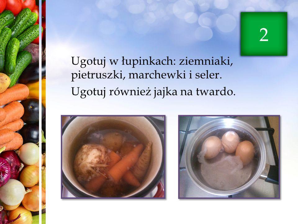 2 Ugotuj w łupinkach: ziemniaki, pietruszki, marchewki i seler.