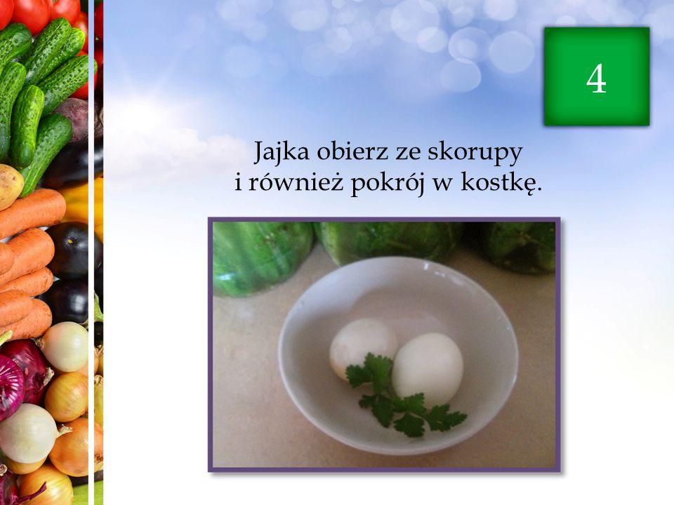 Jajka obierz ze skorupy i również pokrój w kostkę.