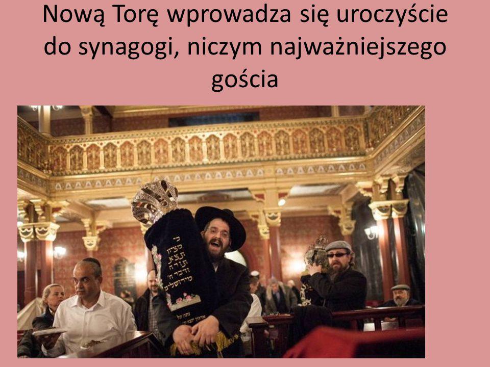 Nową Torę wprowadza się uroczyście do synagogi, niczym najważniejszego gościa